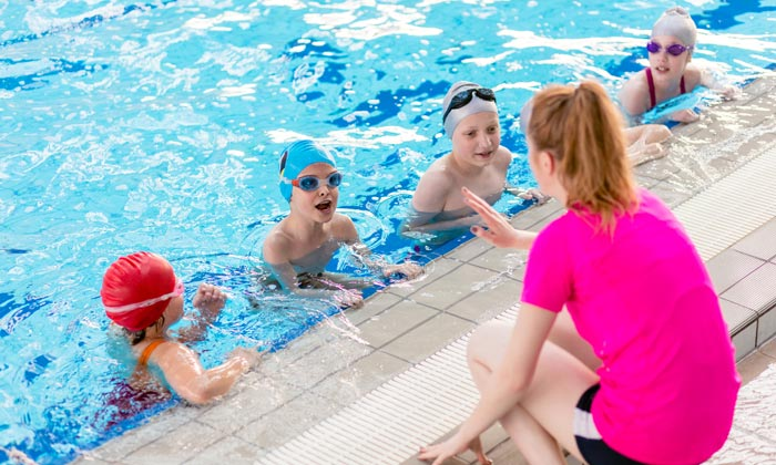 swim instructor giving tips to students